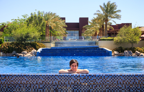 Piscina principal resort Movenpick Tala Bay