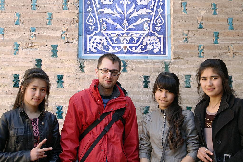 Aitor con unas chicas Uzbekas en Khiva