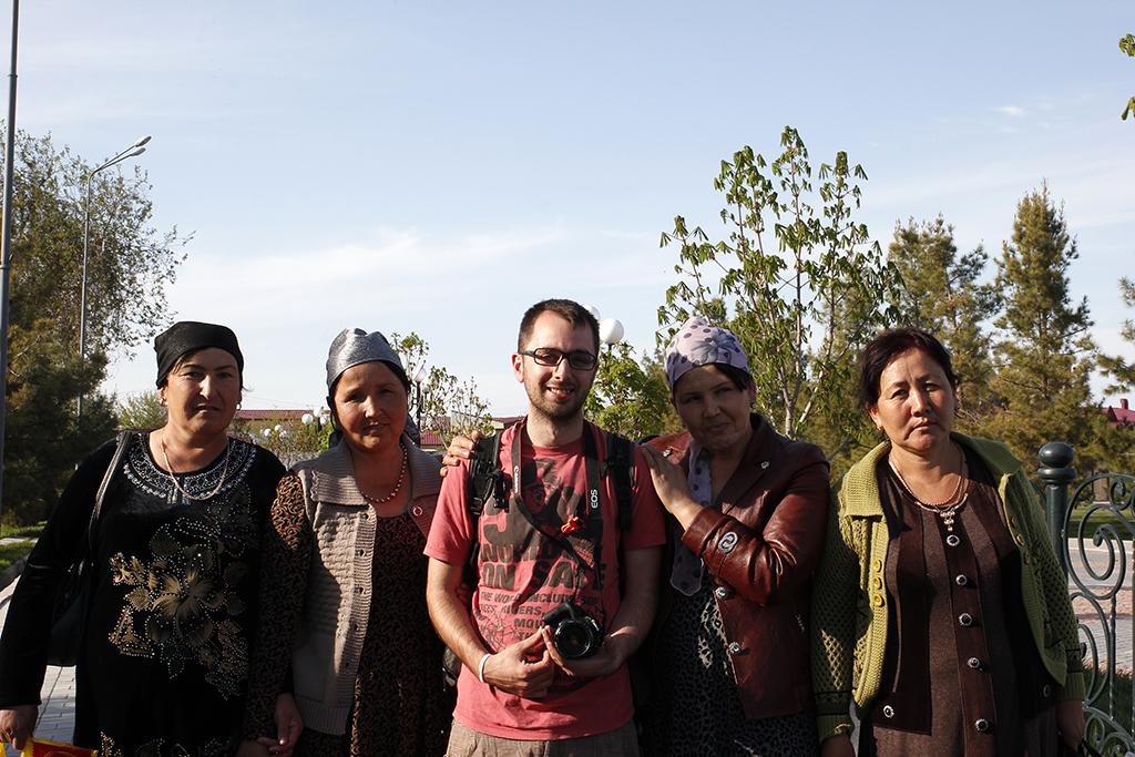 Aitor rodeado de mujeres en Samarcanda
