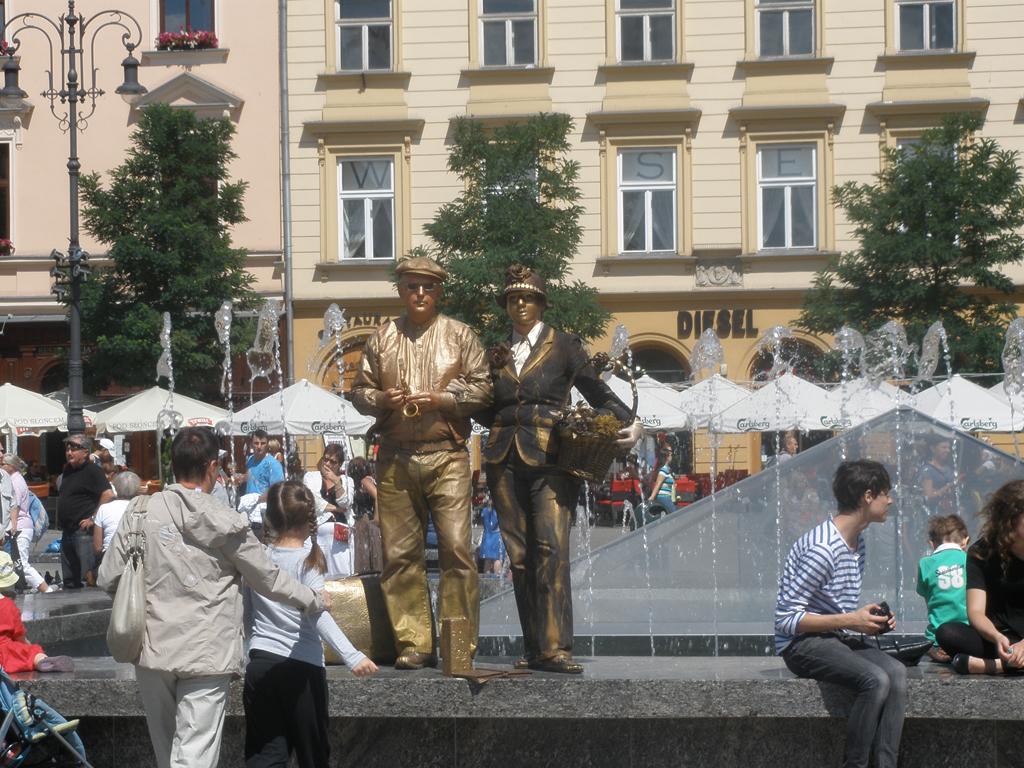 Artistas haciendo de estatuas en Cracovia