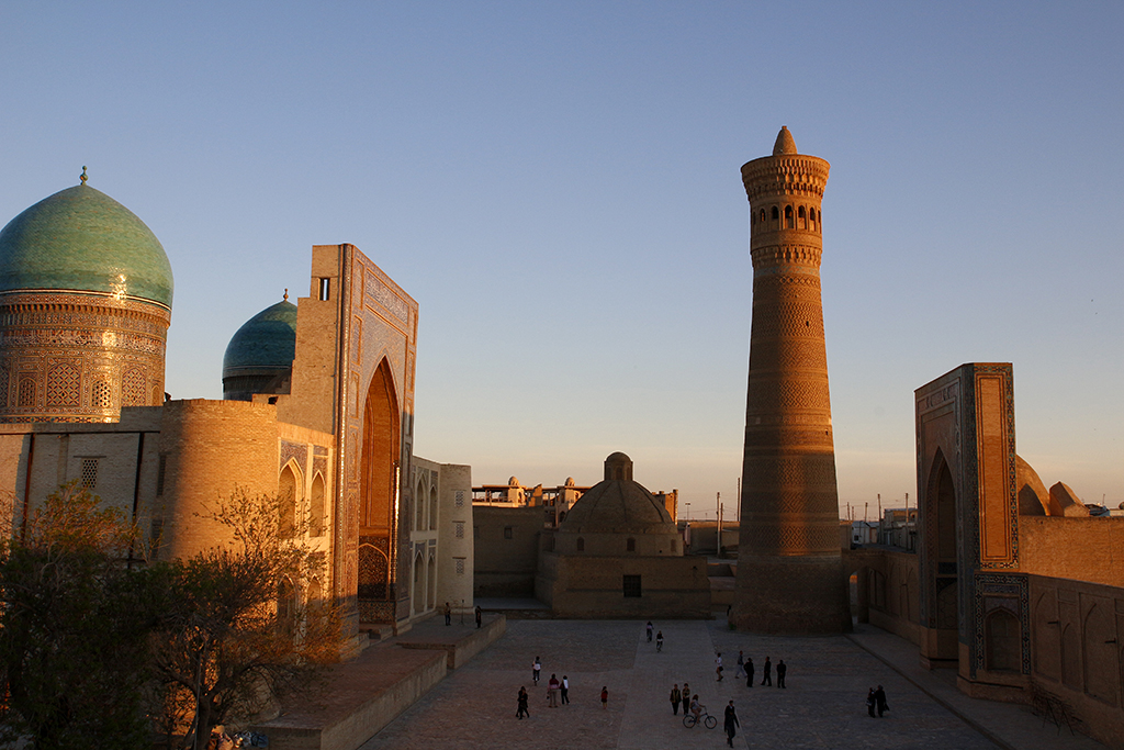 Atardecer en la plaza Poi Kalon de Bukhara