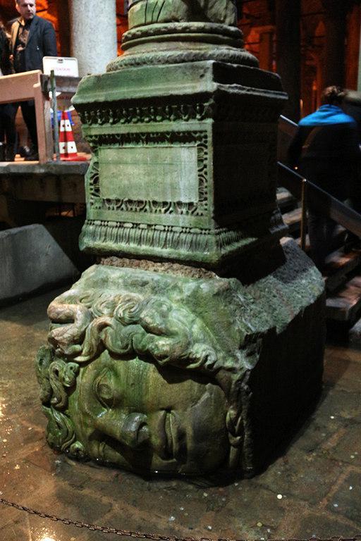 Cabeza medusa recostada en la cisterna Basilica