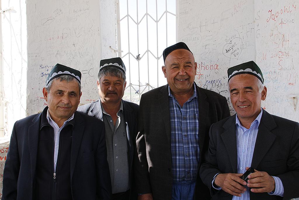 Grupo de hombres con los que coincidimos en el minarete de Khiva