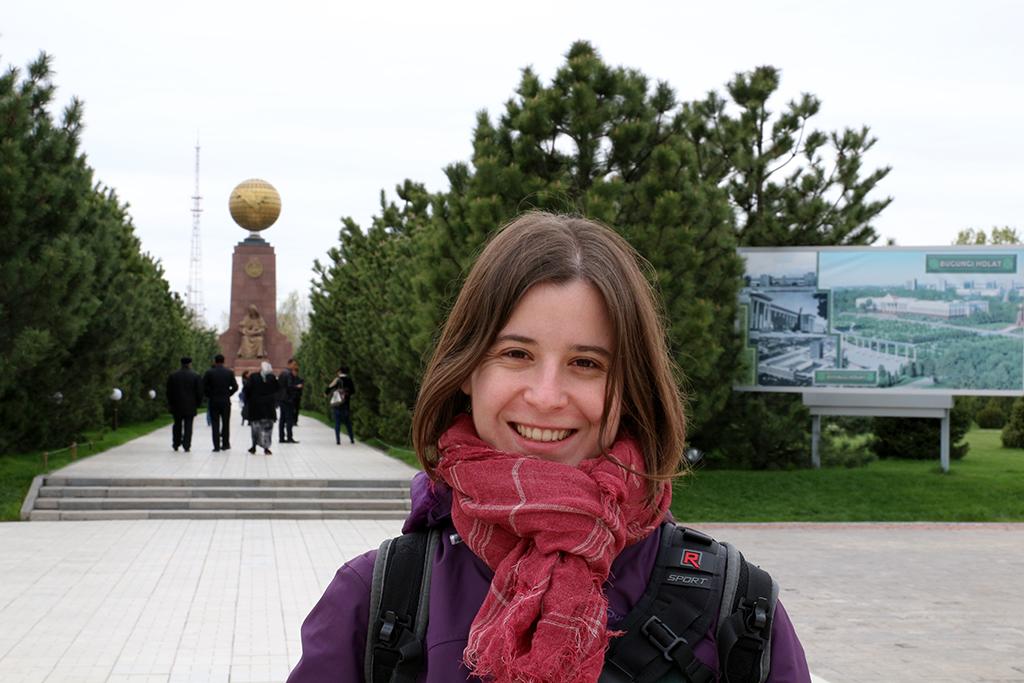 Henar en la plaza de la independencia de Tashkent