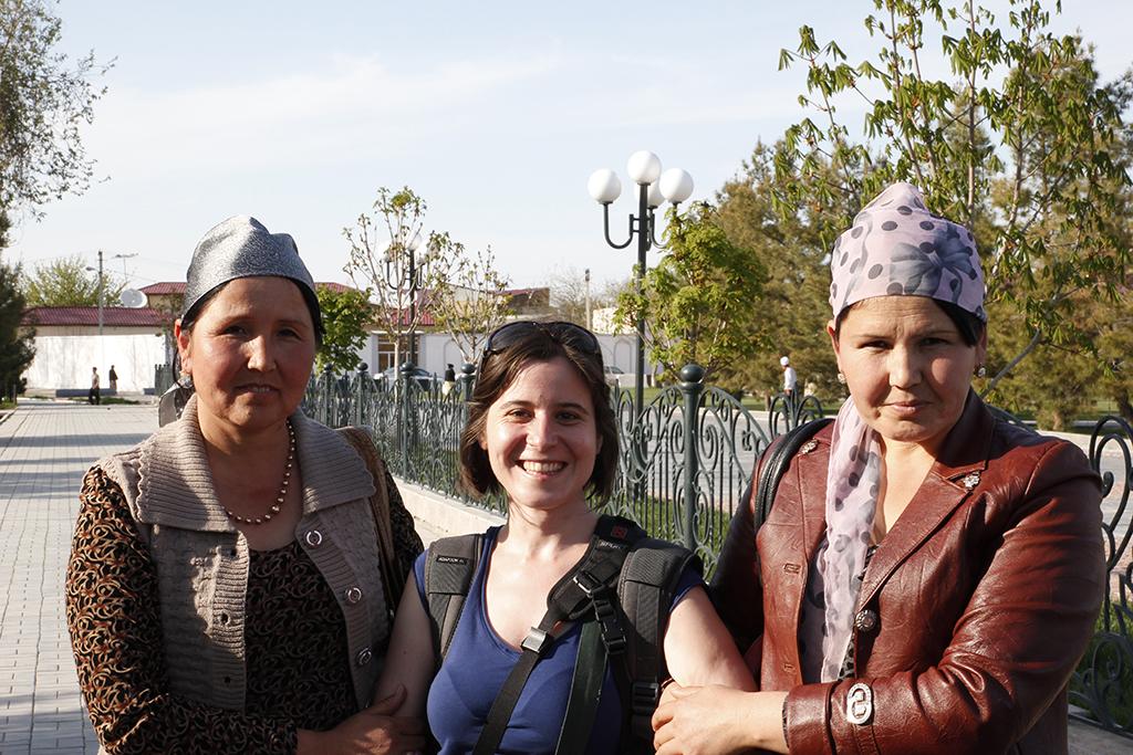 Henar junto a dos mujeres uzbekas