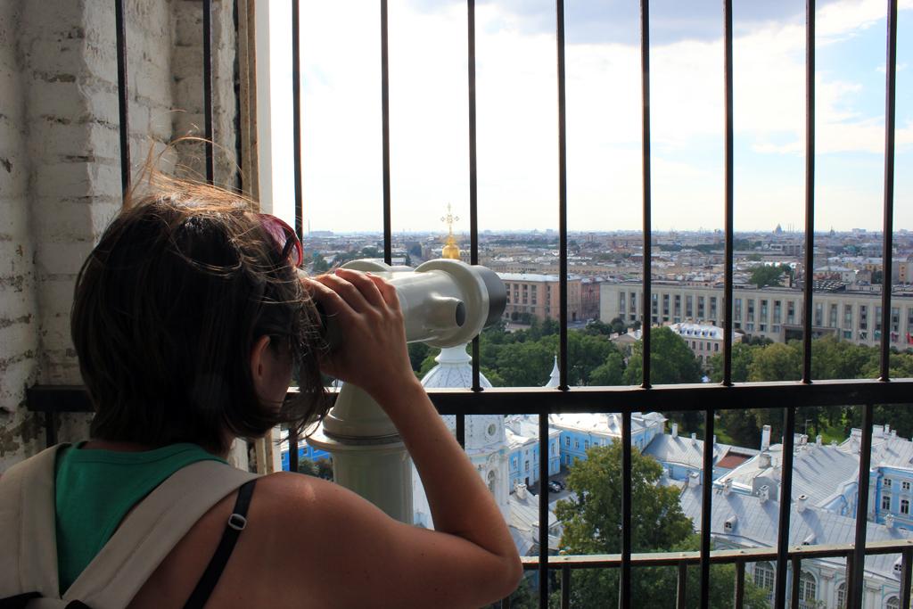 Henar mirando desde el mirador de Smolny