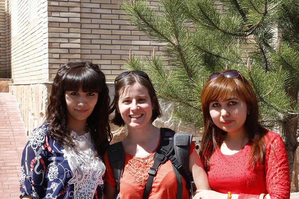 Henar posando con dos chicas en Samarcanda