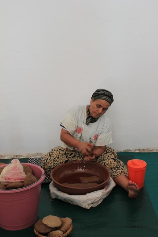 Trabajadora de la cooperativa de aceite de argán