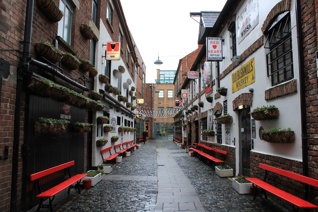 Calle con pubs en Belfast