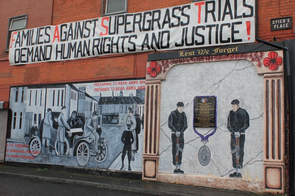 Pancartas en los murales de Belfast