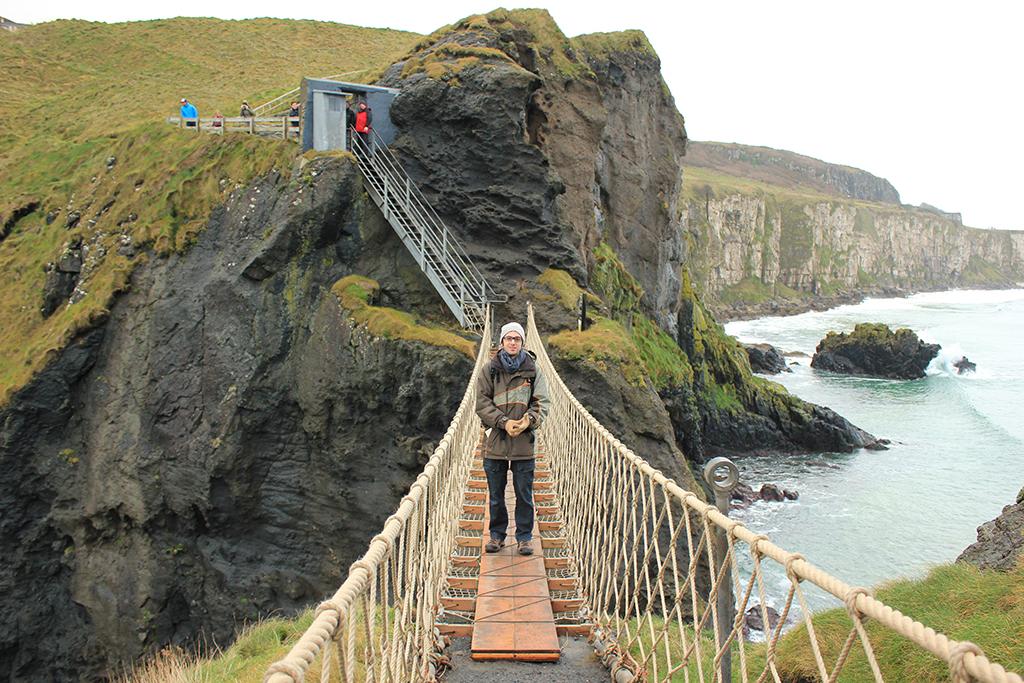Cruzando el Carrick-a-Rede Bridge
