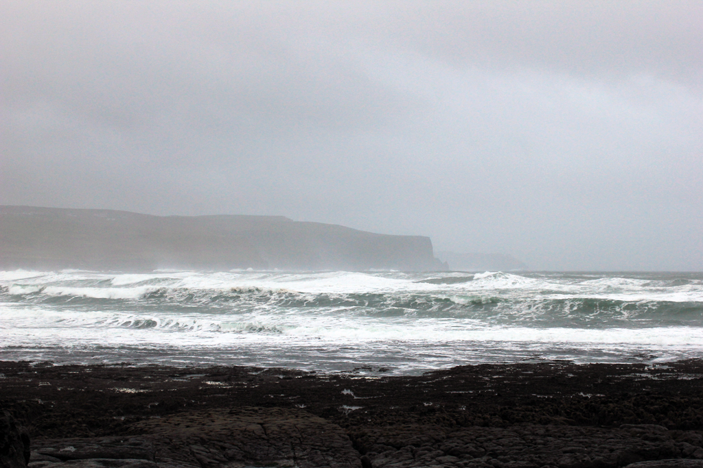 Mar con los Cliffs of Moher de fondo