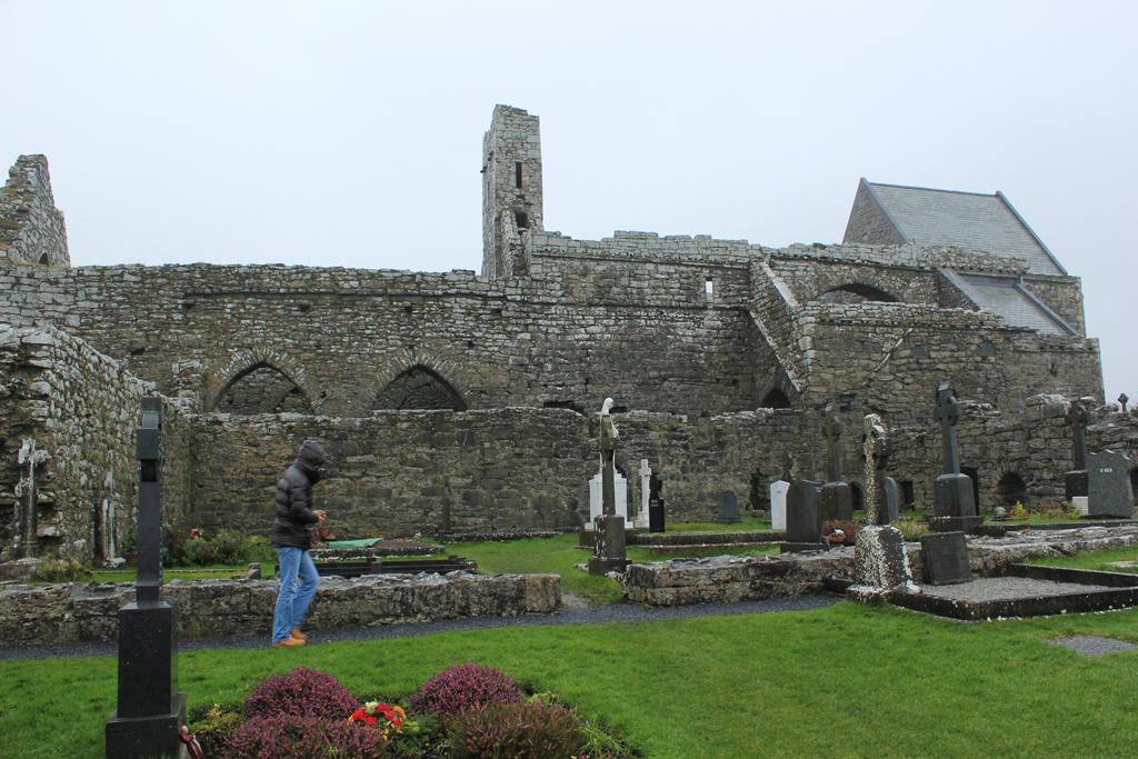Tumbas con cruces celtas en la Abadía de Corcomroe