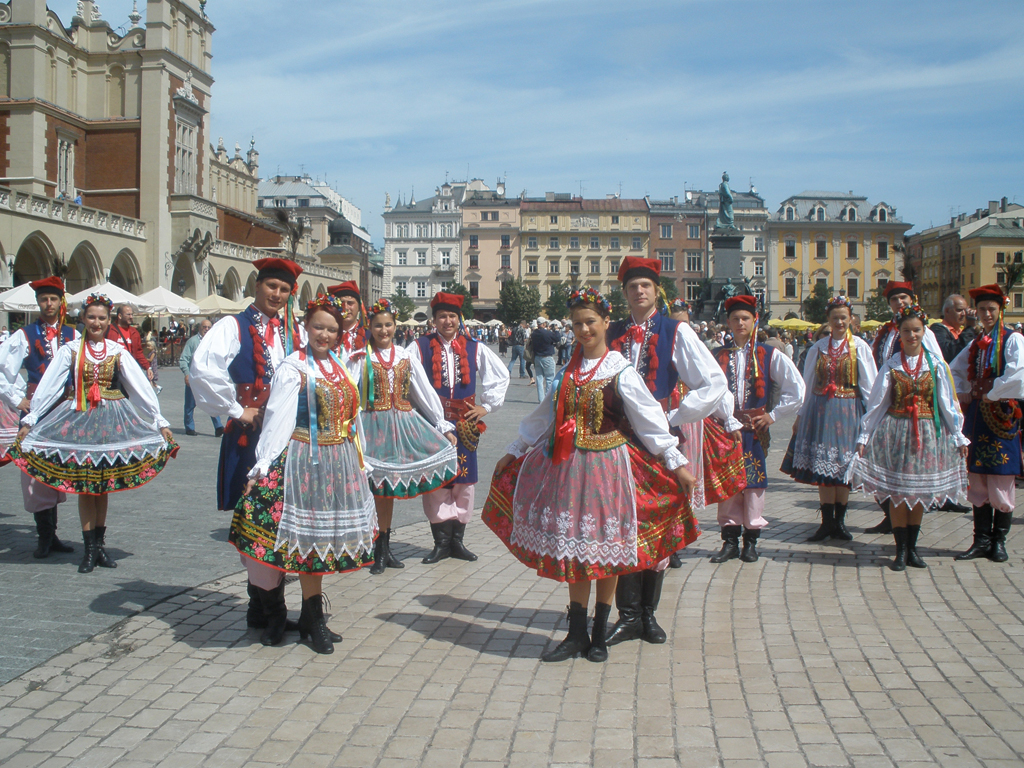 Jovenes con vestidos regionales en Cracovia