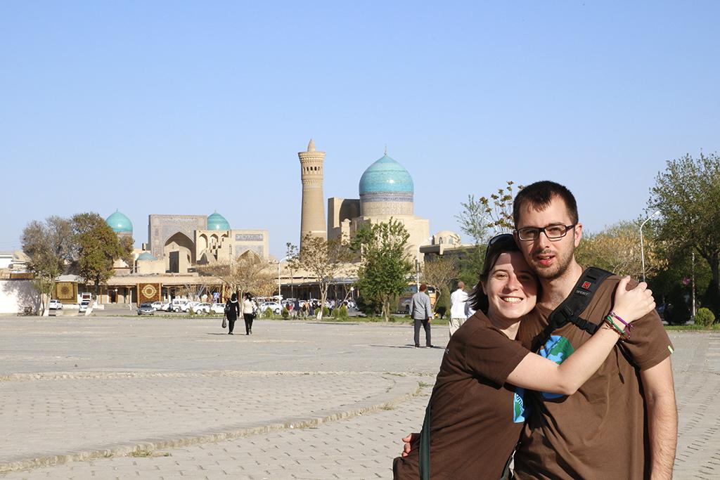 Junto al Ark en Bukhara y de fondo la plaza Poi Kalon