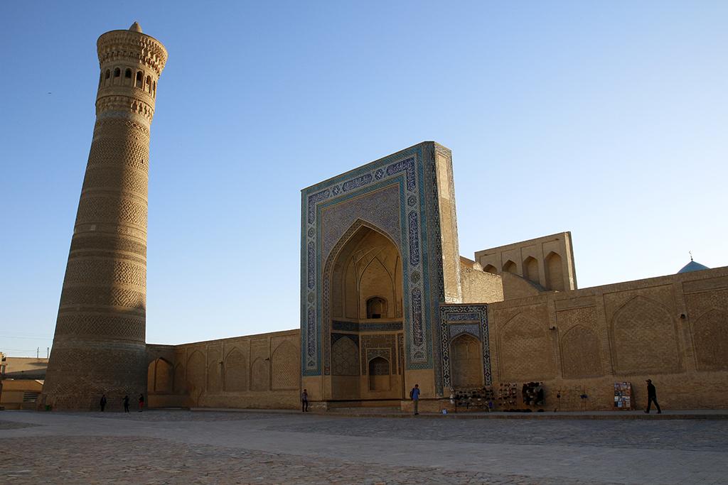 Minarete y mezquita en la Plaza Poi Kalyon
