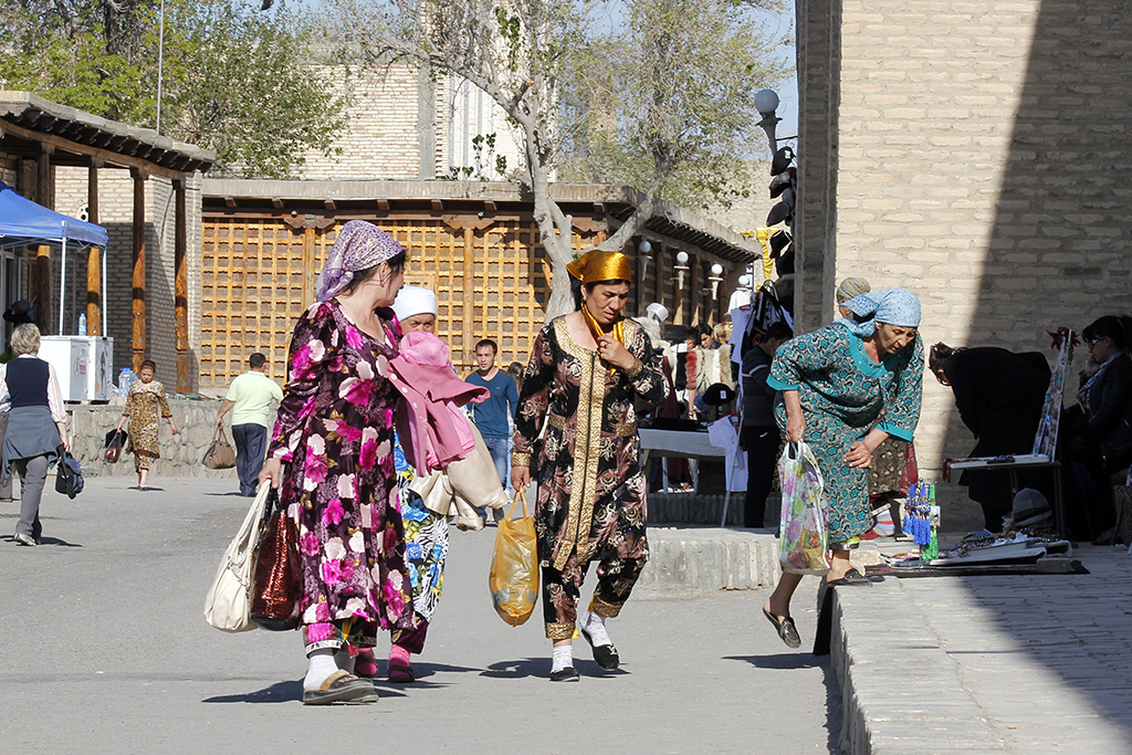 Mujeres paseando por Bukhara