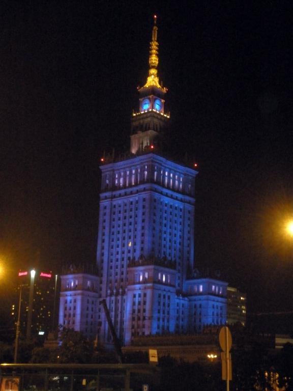 Palacio de la cultura y la ciencia de Varsovia iluminado