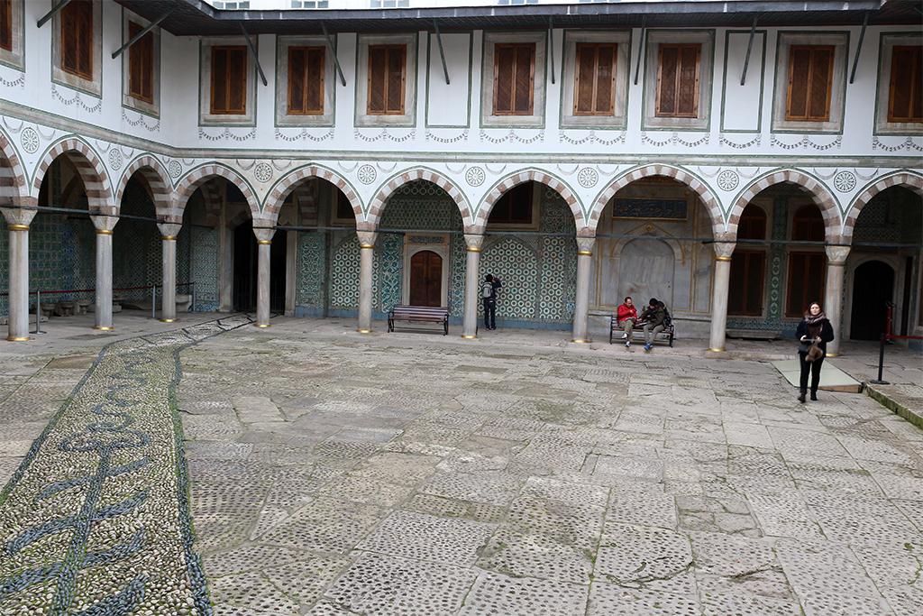 Patio empedrado del haren en el palacio Topkapi de Estambul