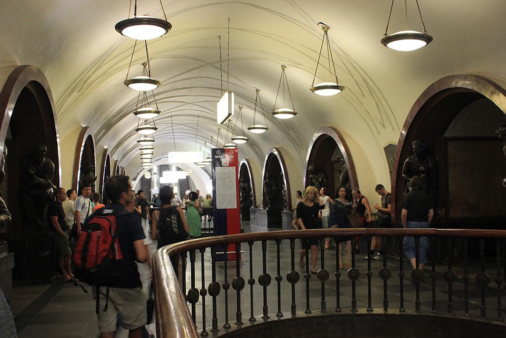 Ploschad Revolutsii - Metro Moscu