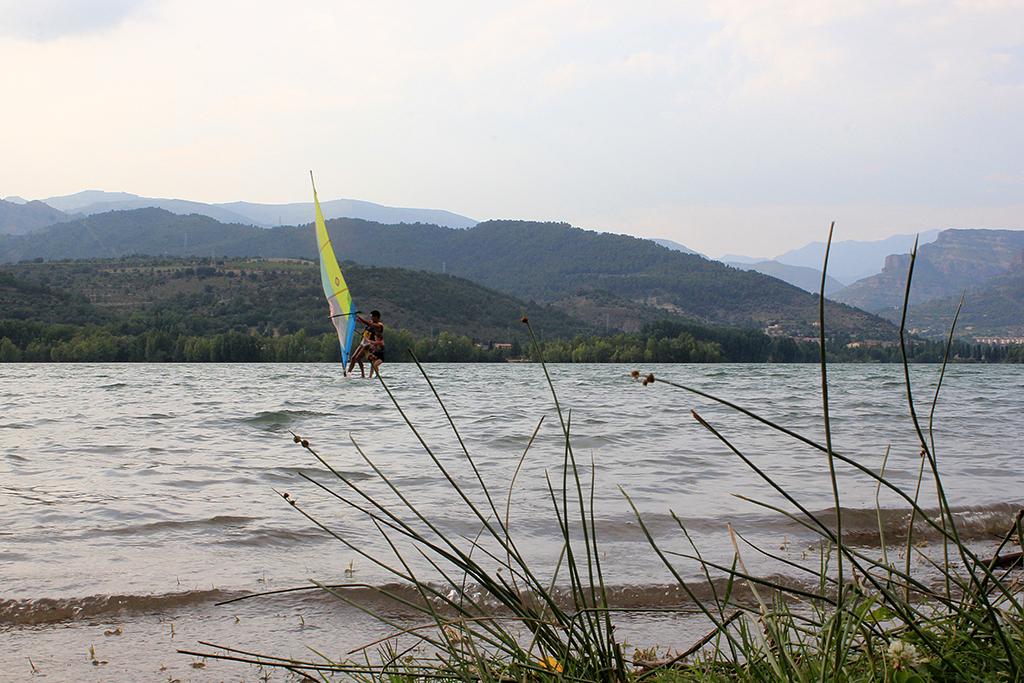 Practicando deporte en el lago cerca del chiringuito de Pobla