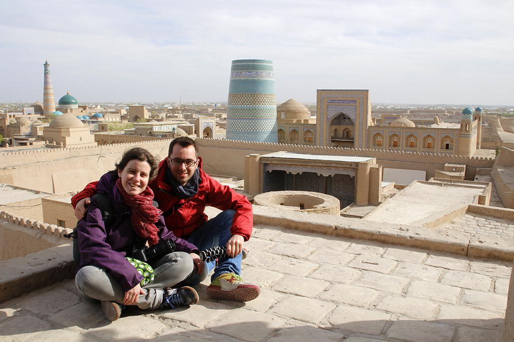 Sentados en los tejados de Khiva en Uzbekistan