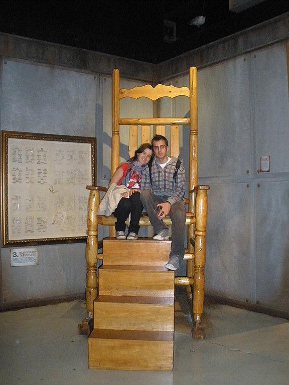 Silla gigante en el museo Believe it or not de London