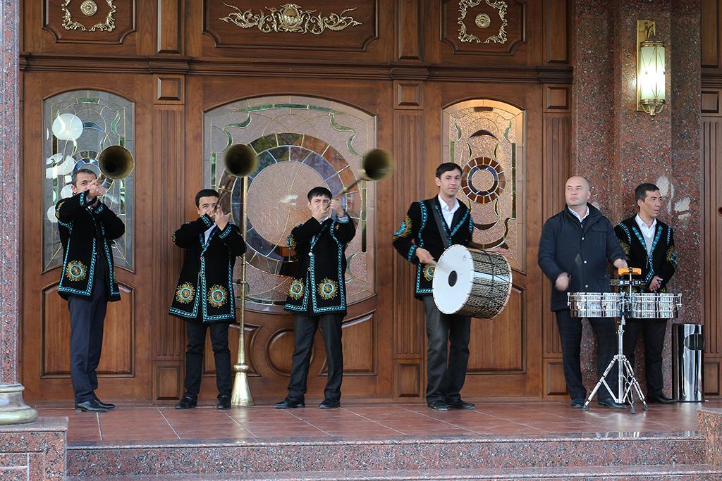 Trompetas tipicas Uzbekas que utilizan en las bodas