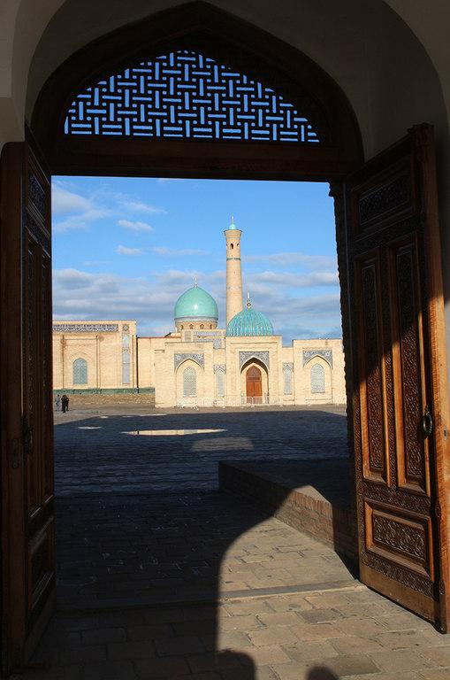 Vista del complejo Hazrati Imom desde una puerta - Taskhent
