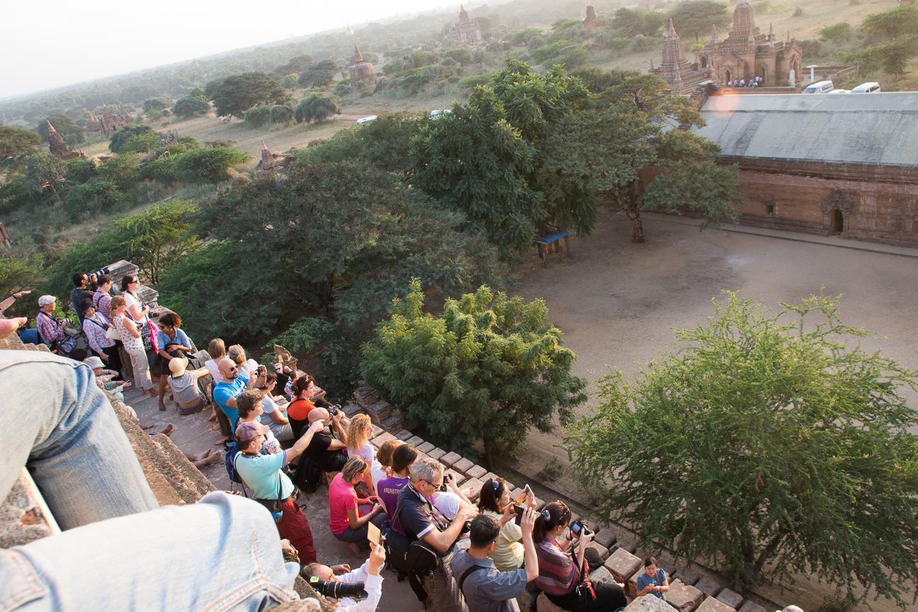 Aglomeracion al atardecer en Bagan