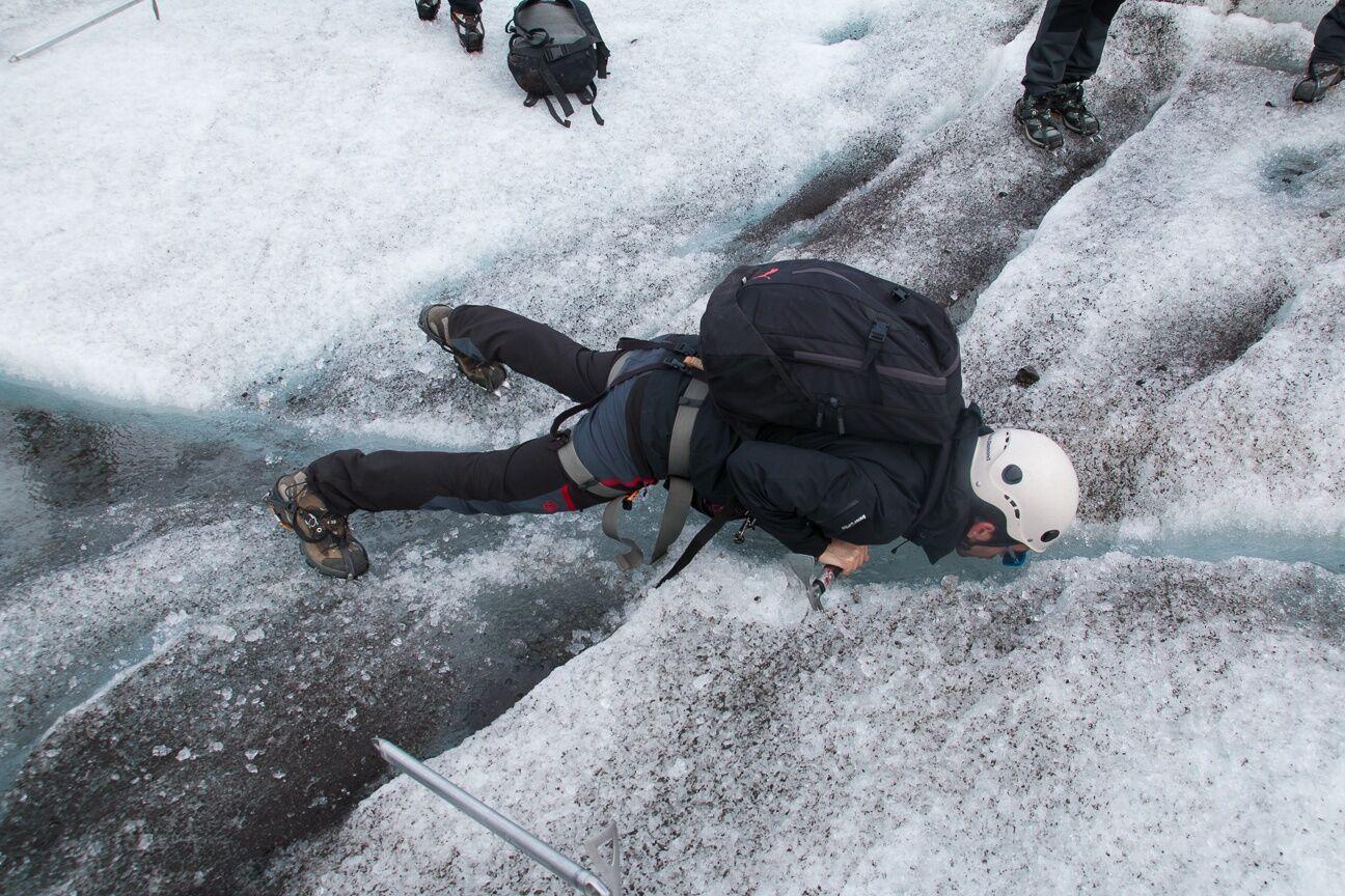 Aitor bebiendo agua de glaciar