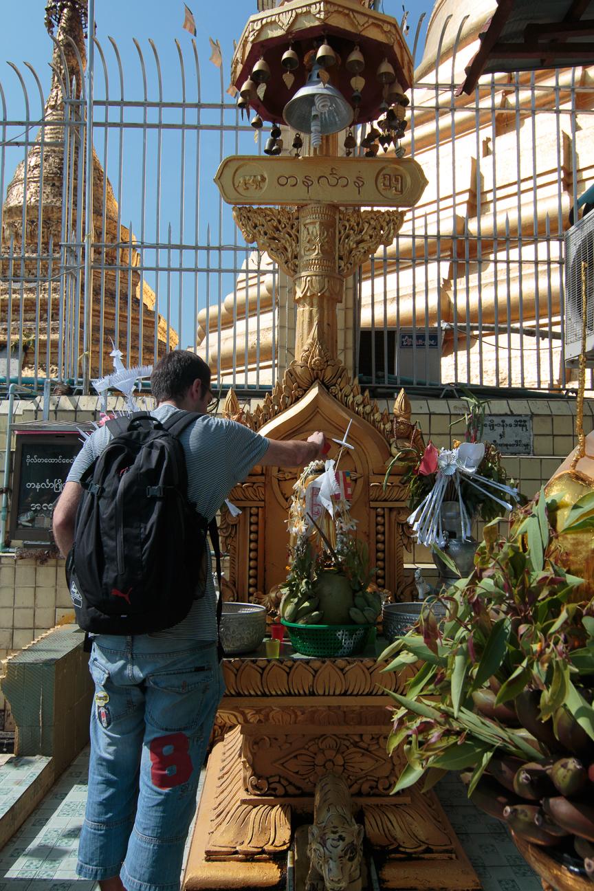 Aitor poniendo agua a su buda en la Botataung Pagoda