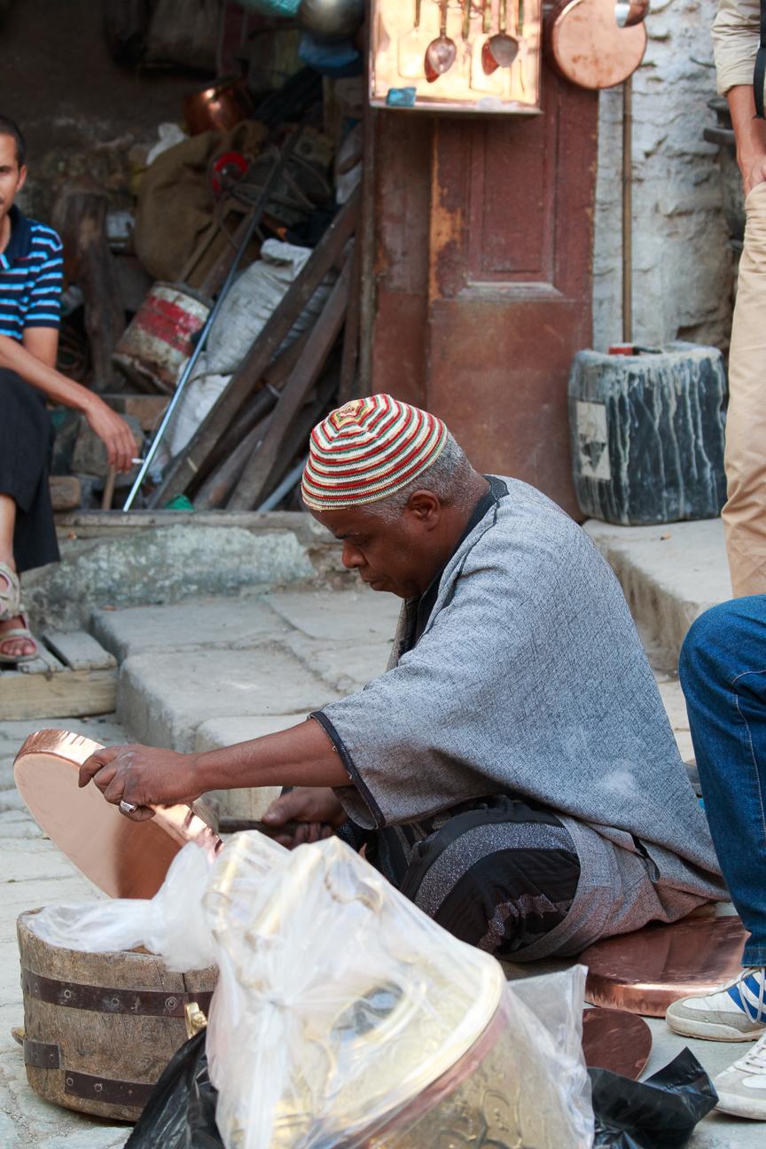 Artesano del laton en Fez