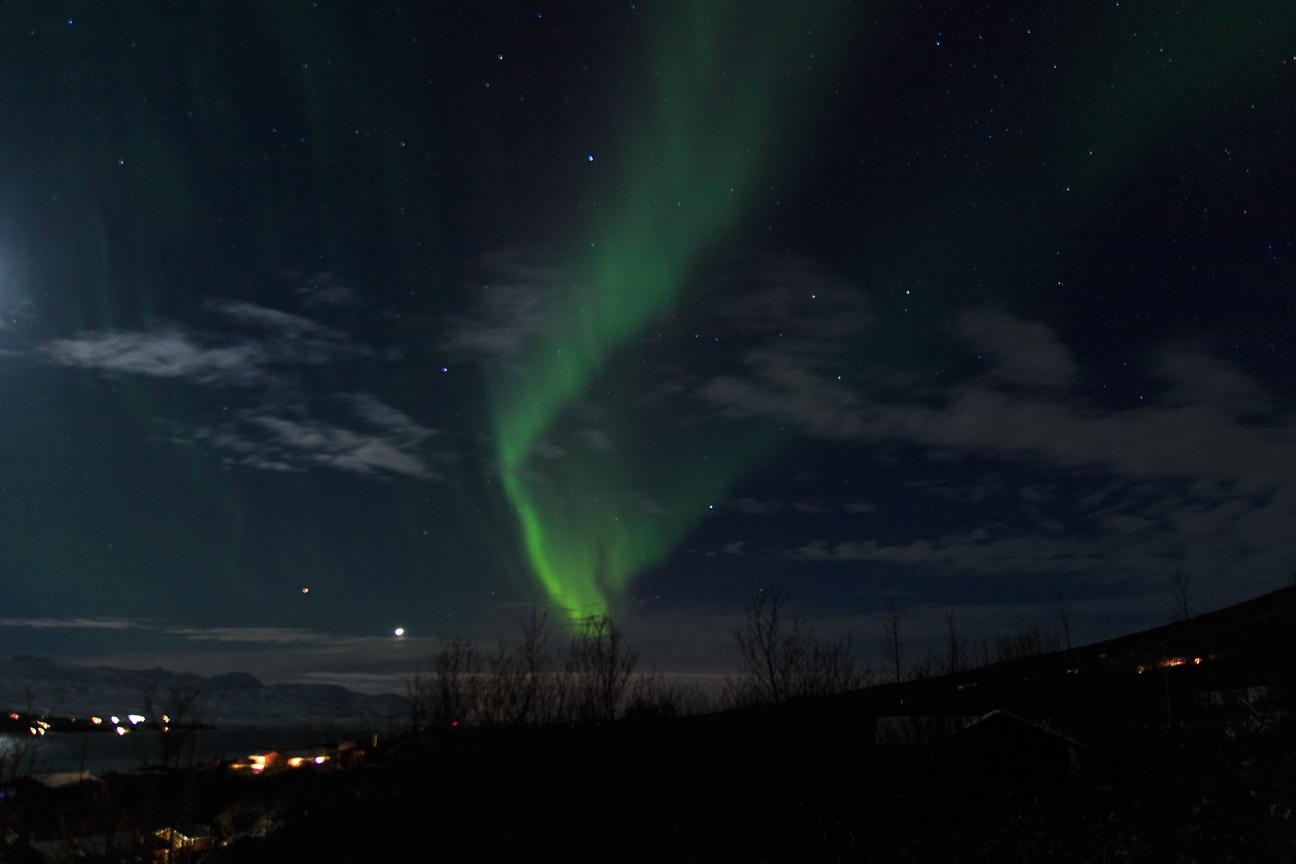 Aurora boreal alargada y verde