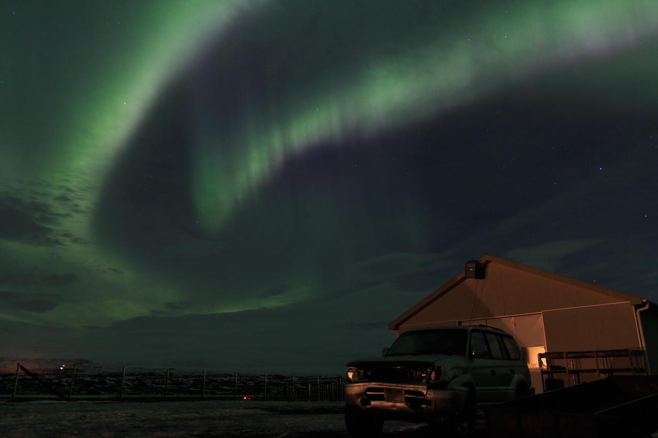Auroras sobre granja en Islandia