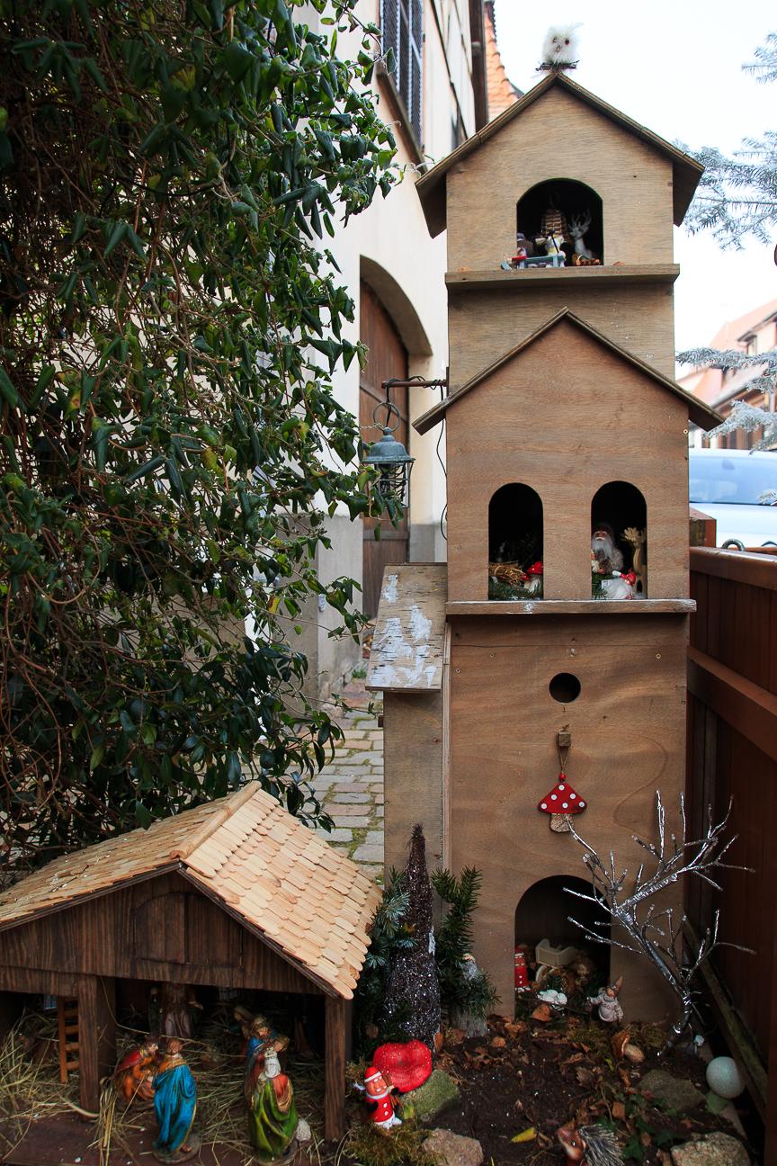 Iglesia de juguete con pesebre en Alsacia
