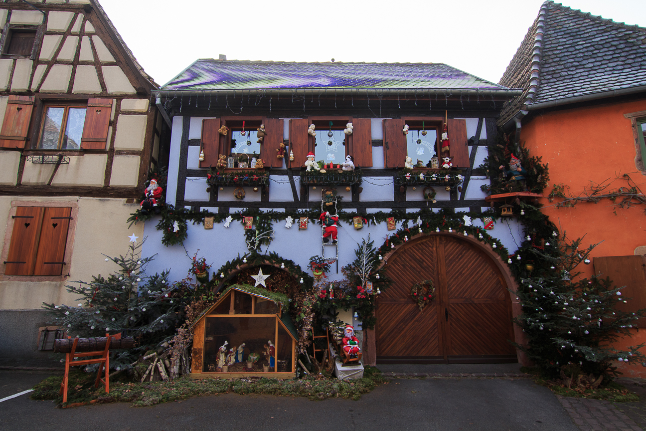 Pesebre frente a una casa Alsaciana en Berheim