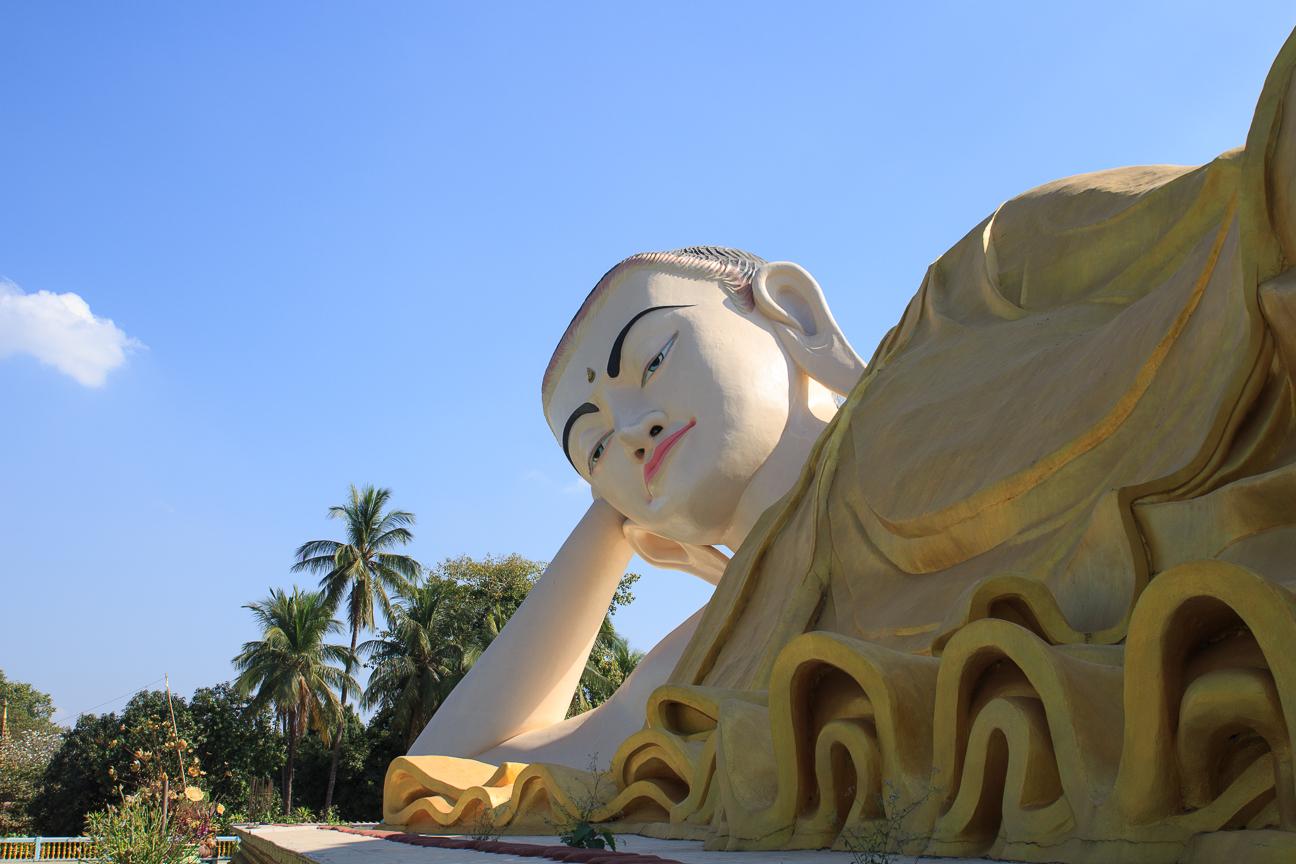 Buda reclinado Myathalyaung en Bago