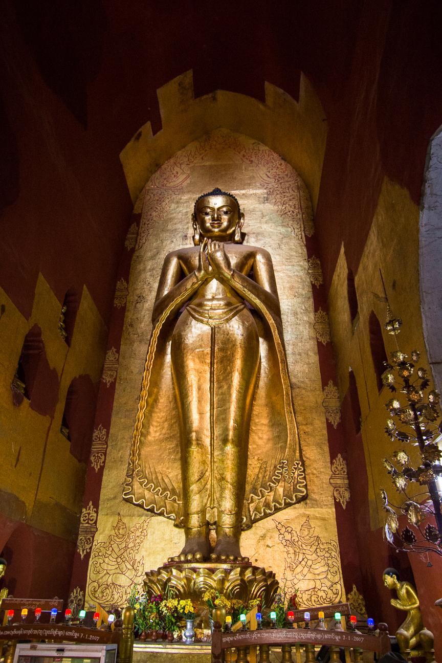Budha dorado en el interior de Ananda Pahto