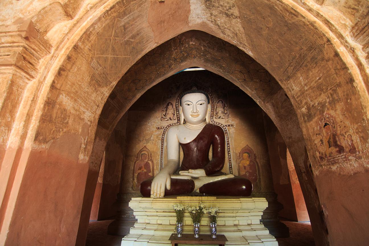 Budha y frescos en templo de Bagan