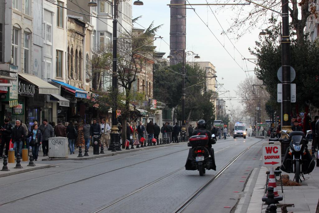 Calle con tranvia en Estambul