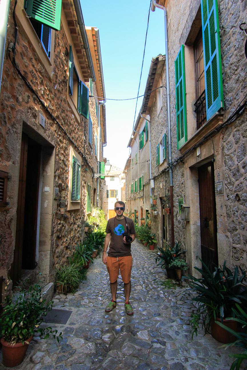 Aitor en las callejuelas de Valldemossa
