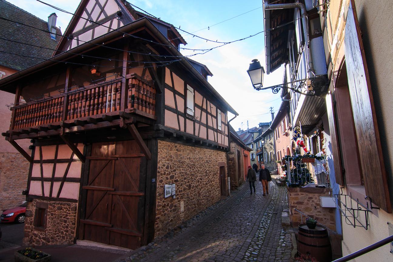Calles empedradas de Eguisheim, pueblo de Alsacia