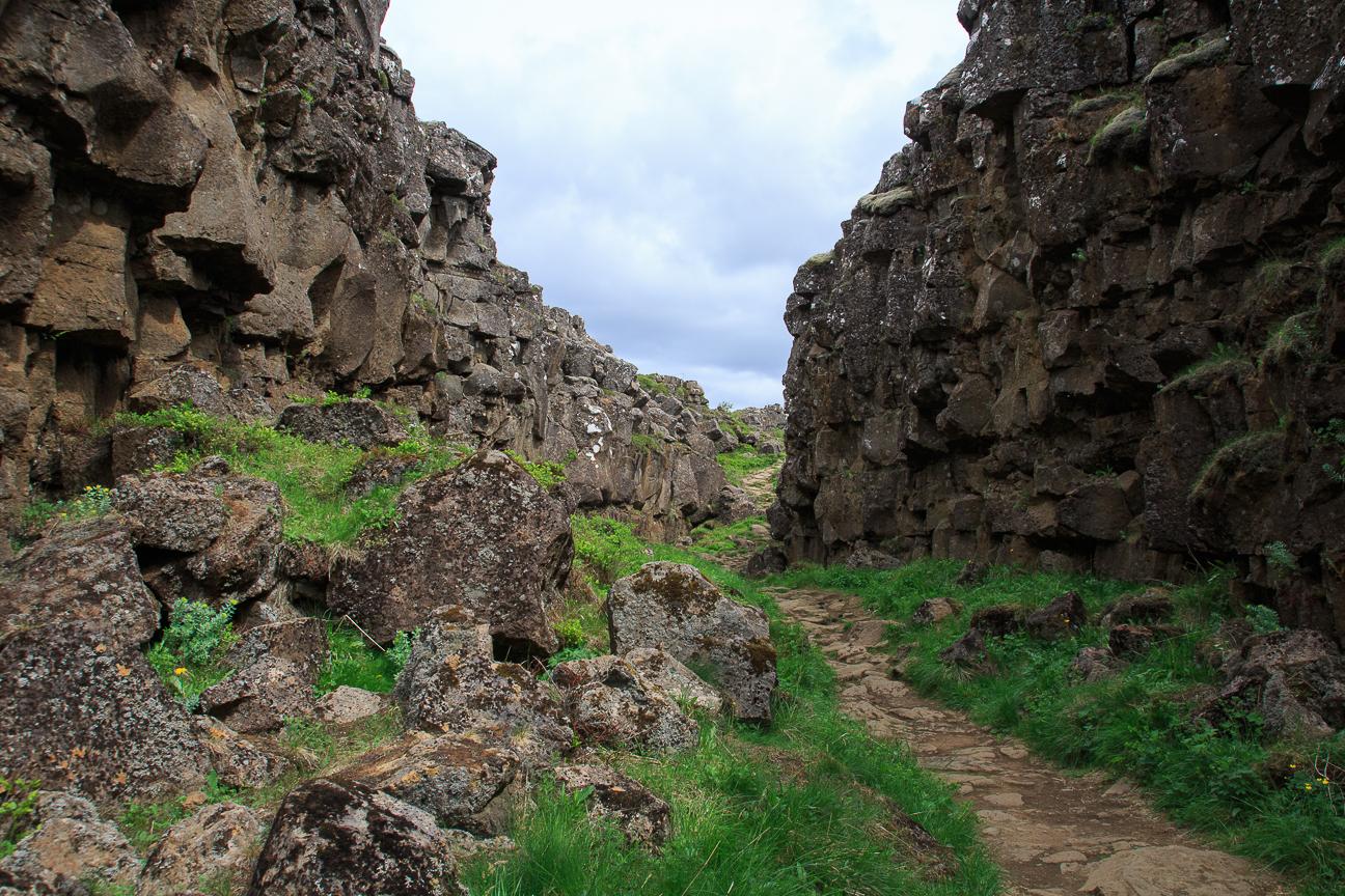 Camino entre las placas tectonicas de Thingvellir