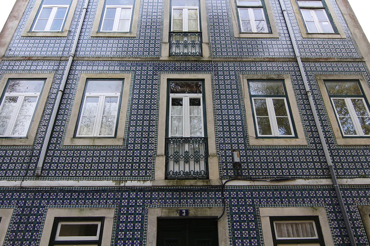 El barrio de la alfama el m s tradicional de lisboa for Casa de azulejos cordoba