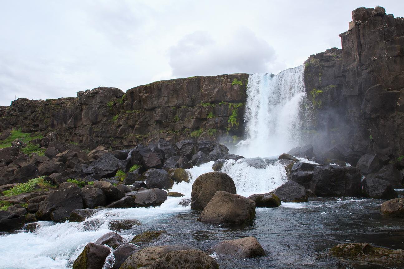 Cascada en Thingvellir en el circulo dorado de Islandia