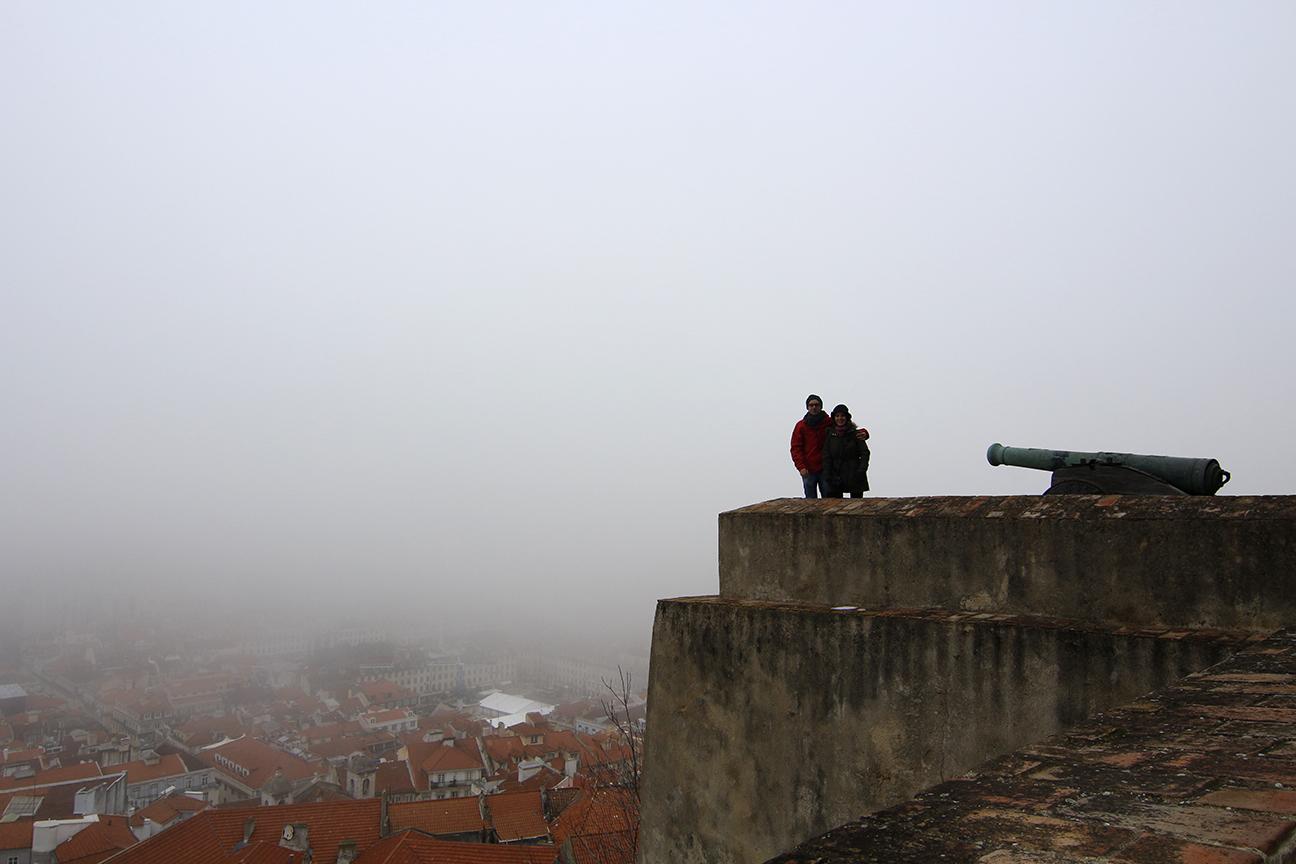 Castillo de San Jorge sobre la niebla
