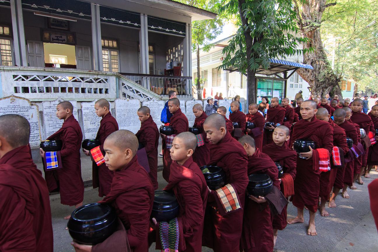 Centenares de monjes recibiendo ofrendas