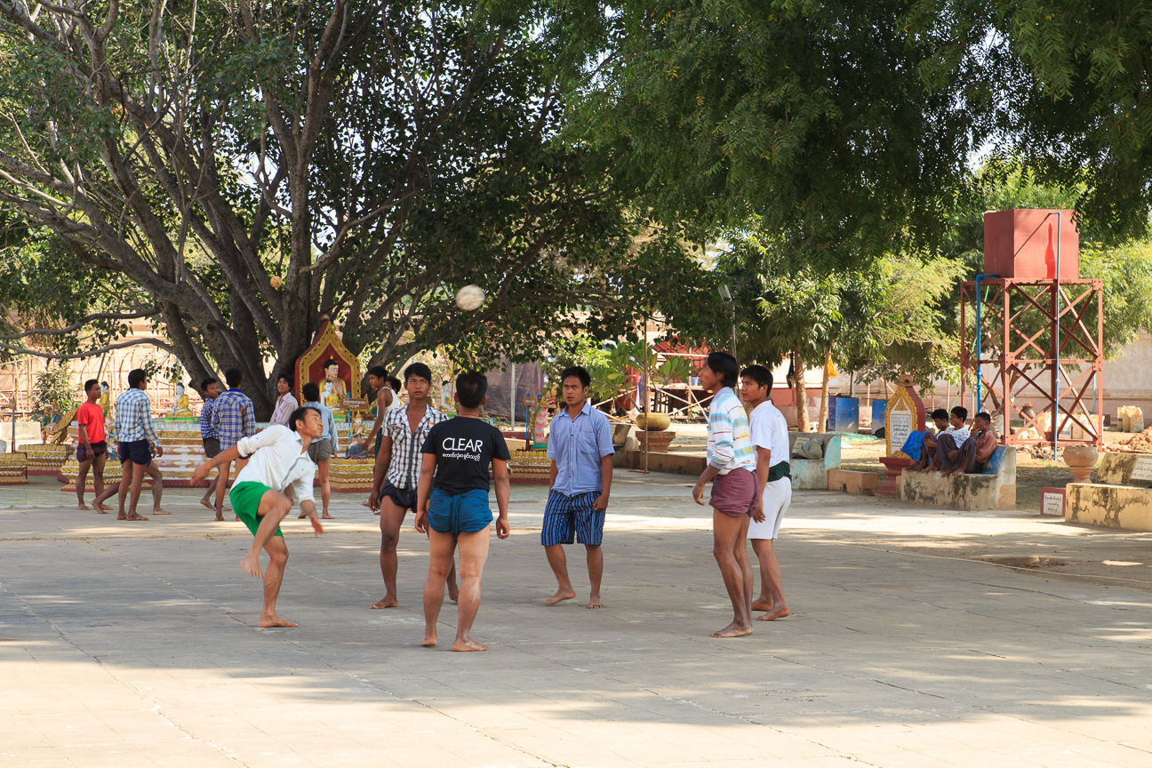 Chicos en Myanmar jugando a Futbol