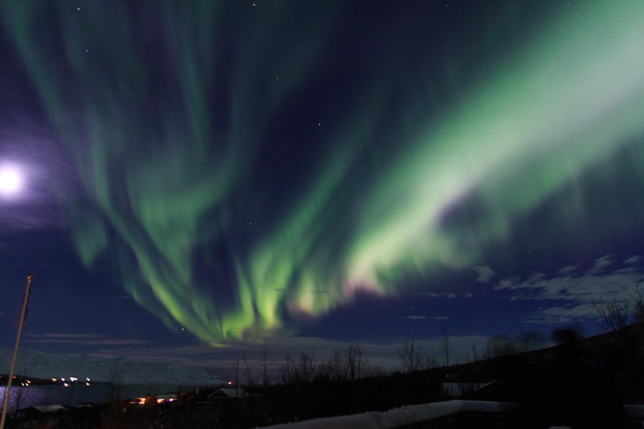 Cielo completamente cubierto por auroras